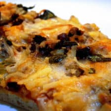 Pizza pizza with chicken and sun dried tomatoes