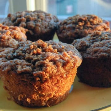 Perfectly spiced, perfectly delicious apple cinnamon crumble muffins.